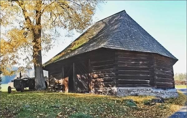 Pustá Rybná, roubená osmiboká stodola