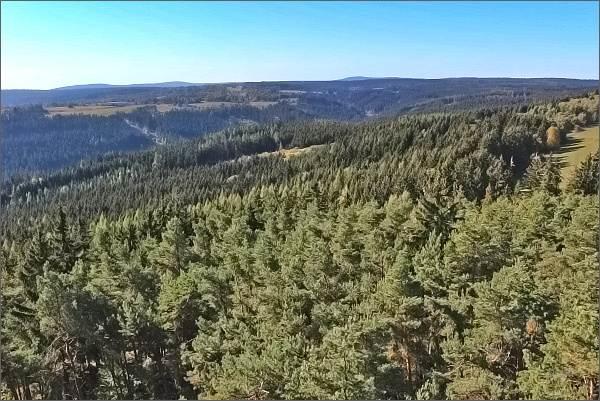 Lesný a Lysina (nejvyšší vrcholy Slavkovského lesa) z rozhledny na Krásenském vrchu