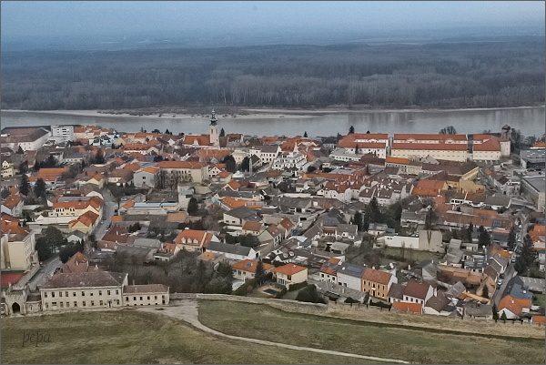 Pohled na město Hainburg ze stejnojmenného hradu