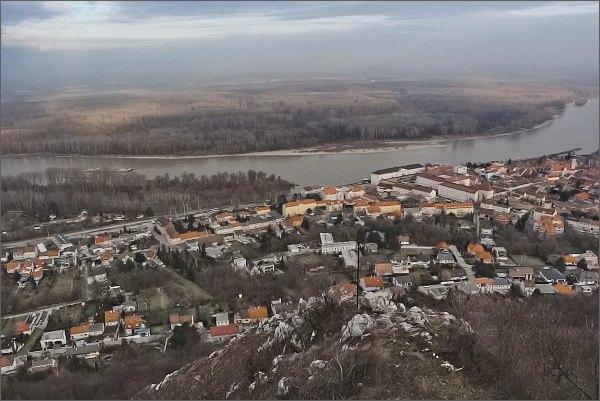 Vyhlídka na úbočí kopce Hundsheimer Berg. Dunaj a Hainburg