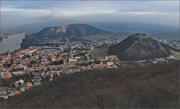 Vyhlídka na úbočí kopce Hundsheimer Berg. Město a hrad Hainburg, Braunsberg
