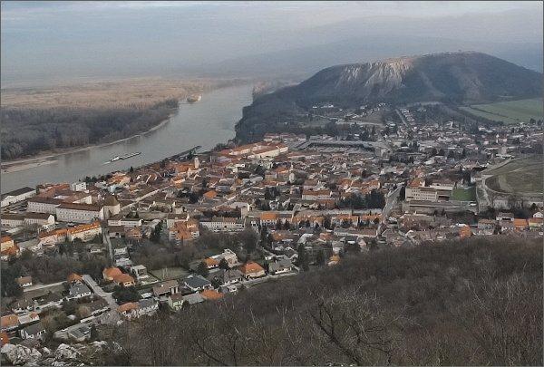 Vyhlídka na úbočí kopce Hundsheimer Berg. Město Hainburg, Braunsberg a Dunaj