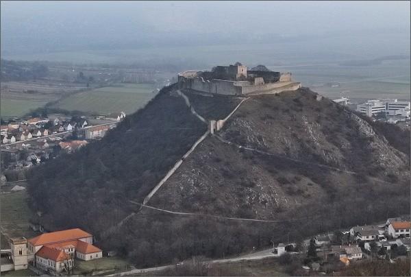Vyhlídka na úbočí kopce Hundsheimer Berg. Schlossberg a hrad Hainburg