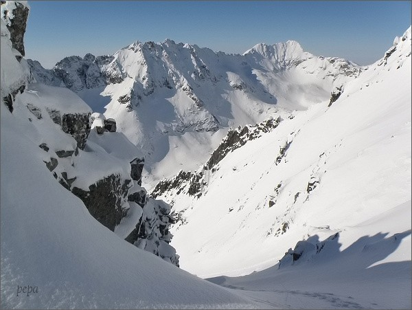Veľké Solisko a Soliskový hrebeň nad Mlynickou dolinou, ze Sedla nad Červeným žlabom. Vpravo Furkotský štít a Hrubý vrch