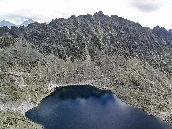 Soliskový hrebeň a Veľké Solisko nad Furkotskou dolinou. V popředí Vyšné Wahlenbergovo pleso