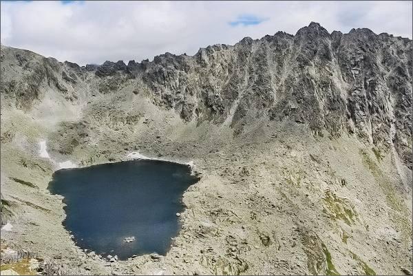 Veľké Solisko nad Furkotskou dolinou. Vlevo Bystré sedlo