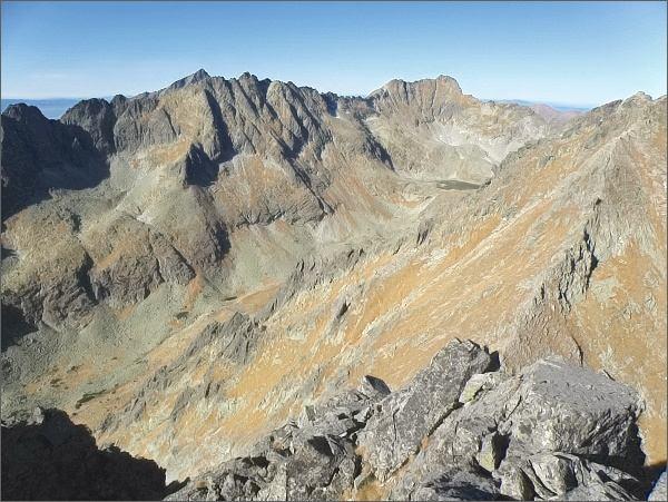 Soliskový hrebeň a Veľké Solisko nad Mlynickou dolinou. Na dalším horizontu Kriváň, vpravo Furkotský štít a Hrubý vrch