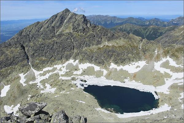 Závěr Furkotskej doliny s Vyšným Wahlenbergovým plesom z Veľkého Soliska. Vlevo Kriváň, před ním Krátka a Ostrá
