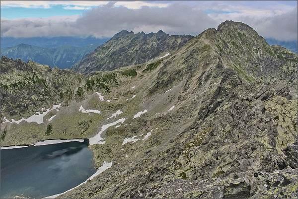 Závěr Furkotskej doliny s Vyšným Wahlenbergovým plesom z Veľkého Soliska. Vlevo Furkotské sedlo. Za ním hřeben Hrubô