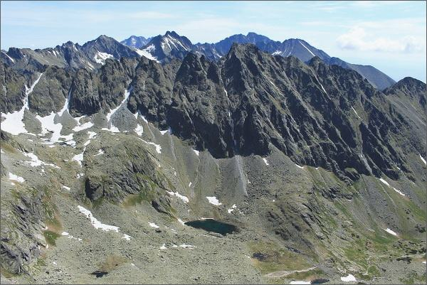 Hrebeň Bášt z Veľkého Soliska (nejvyšší Satan) Nad Satanom Gerlachovský štít, uprostřed Vysoká, vlevo Rysy