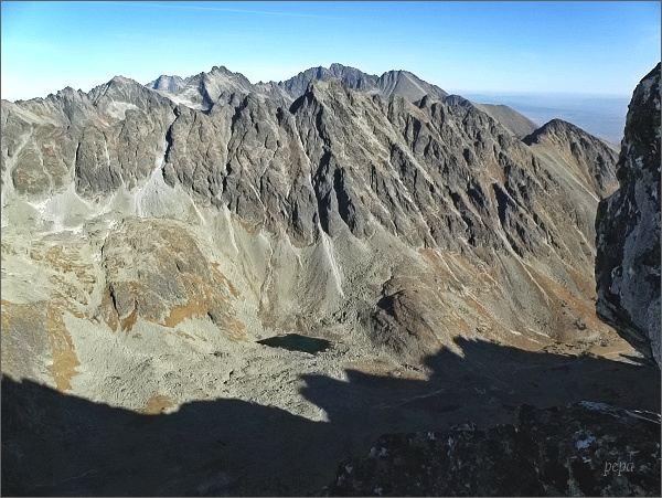 Mlynická dolina a Hrebeň Bášt z Veľkého Soliska. Na druhém horizontu zleva Rysy,Ľadové štíty, Vysoká, Gerlachovský štít a Končistá