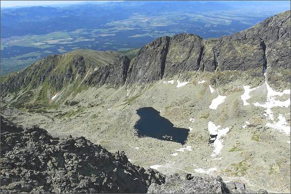 Střední část Furkotskej doliny z Veľkého Soliska. Nižné Wahlenbergovo pleso, nad ním zleva Sedielková kopa, Sedielkový priechod, Ostré veže a Kozí chrbát