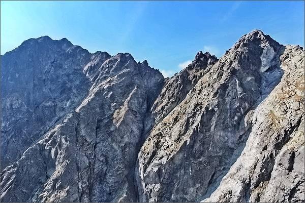 Malé Rysy, hlavní a jižní vrchol z Ťažkej veže. Vlevo Rysy