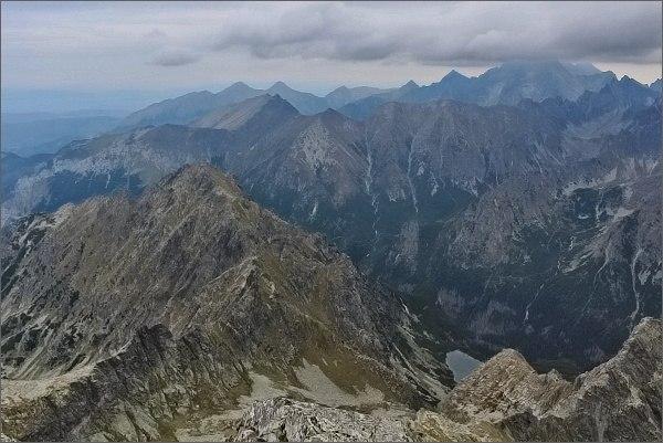 Malé Rysy, pohled do Ťažkej doliny, k Ťažkému plesu. V popředí Mlynár
