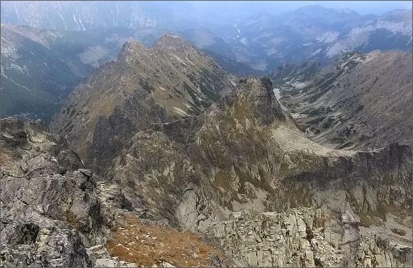 Malé Rysy. Pohled do Žabej Bielovodskej doliny. Nejblíže Veľký Žabí štít, vlevo Malý Žabí štít