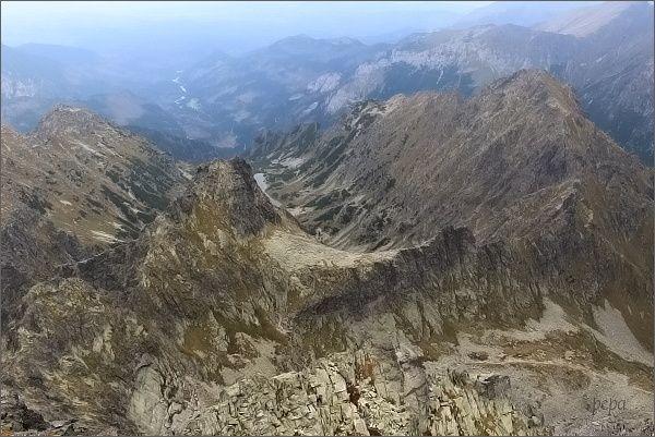 Žabia Bielovodská dolina z Malých Rysov. Nejblíže Veľký Žabí štít, vpravo Mlynár