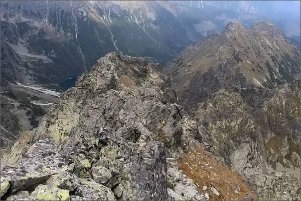 Zadná (nejblíže) a Predná veža v Malých Rysoch z hlavního vrcholu. Vpravo dále Malý Žabí štít