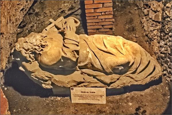 Svatý Jan pod Skalou, kostel Narození sv. Jana Křtitele. Symbolický hrob sv. Ivana
