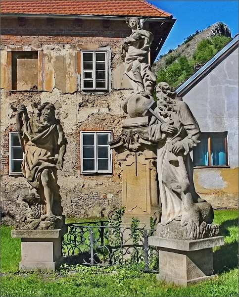 Svatý Jan pod Skalou. Kopie původních barokních soch: Panna Marie, sv. Jan Křtitel, sv. Ivan