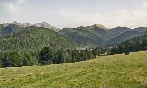 Široká (vpravo od středu fotografie) od Tatranskej Javoriny