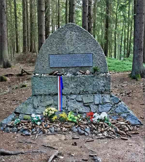 Pomník Emmy Destinnové u Stříbřeckého mostu