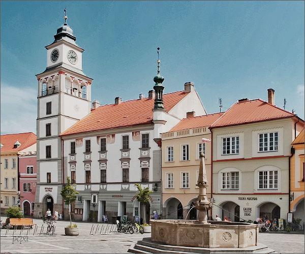 Třeboň. Masarykovo náměstí a stará radnice