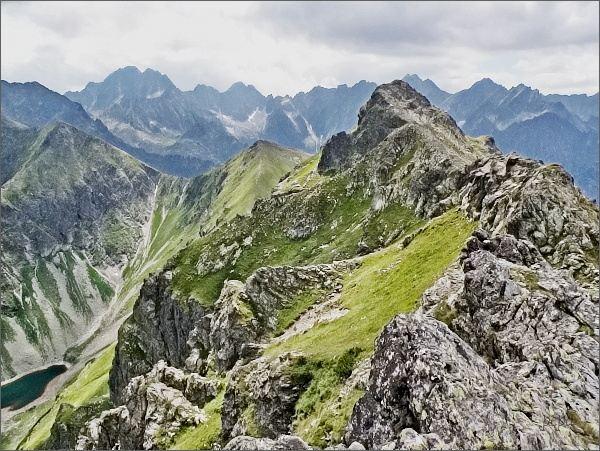 Široká ze Svišťového Kopiniaku. Vlevo Zelené pleso Javorové