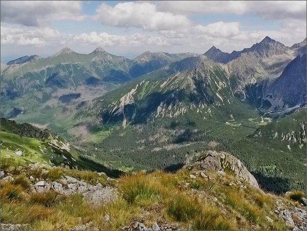 Čierna Javorová dolina (vpravo) ze Širokej. Nad ní Kolový štít, vlevo od něj Jahňací štít. Zcela vlevo Belianske Tatry