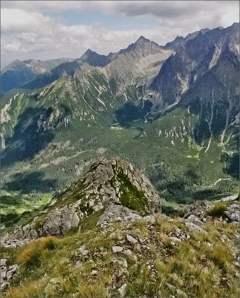 Čierna Javorová dolina ze Širokej. Do ní zprava spadá hřeben Snehových veží. Nad ní Kolový štít