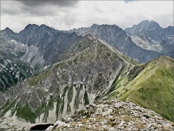 Štít nad Zeleným ze Širokej (vpravo). Uprostřed Žabí vrch Javorový, nad ním Svišťový štít a Bradavica. Vlevo na horizontu Ostrý štít a Javorové štíty, vpravo masív Gerlachovského štítu