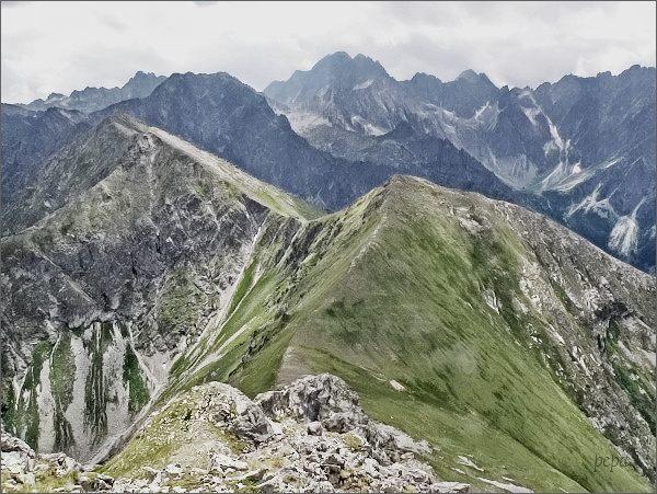 Štít nad Zeleným a Žabí vrch Javorový ze Širokej. Nejdále Gerlachovský štít, napravo od něj Batizovský štít a Kačací štít. Za ním Končistá
