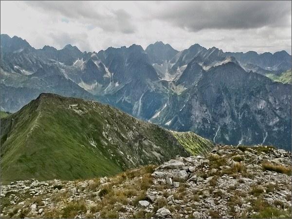 Hlavní hřeben Vysokých Tatier (zleva od Zadného Gerlachu po Veľký Mengusovský štít) ze Širokej. Blíže vpravo Mlynár, vpravo Zámky