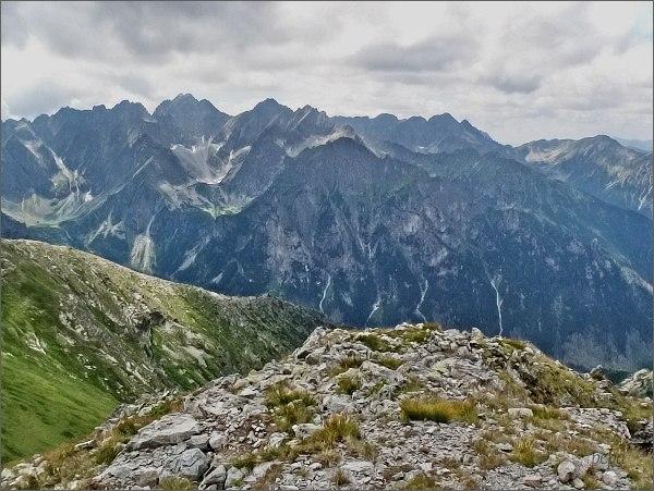 Pohled ze Širokej k Bielovodské doline. Vlevo Litvorový žlab. Vpravo blíže Mlynár. Na horizontu hlavní hřeben Vysokých Tatier od Snežných kop po Hrubý štít (vpravo)
