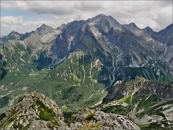 Ľadové štíty ze Svišťového Kopiniaku. Pod nimi Suchá dolina zprava lemovaná Suchými vežami, zleva Ľadovými vežami. Dále vlevo Snehové veže nad Čiernou Javorovou dolinou