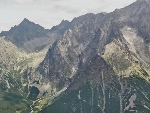 Čierna Javorová dolina (vlevo) ze Svišťového Kopiniaku. Uprostřed Ľadová dolinka lemovaná zprava Ľadovými vežami, zleva Snehovými vežami. Vlevo Kolový štít