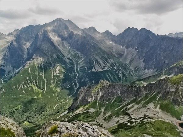 Závěr Javorovej doliny (vpravo) ze Svišťového Kopiniaku. Vpravo od Ľadových štítov Široká veža, Ostrý štít a Javorové štíty