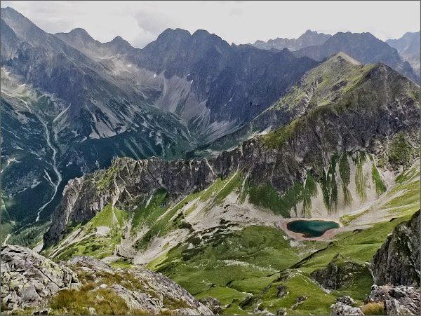 Zadná Javorová dolina ze Svišťového Kopiniaku. Nad ní Javorové štíty. V popředí Zelené pleso Javorové