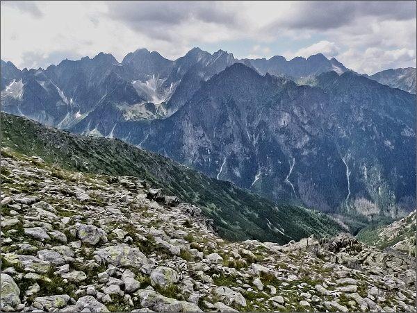 Mlynár ze Svišťového Kopiniaku. Na horizontu hlavní hřeben Vysokých Tatier