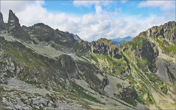 Drugi Mnich (Zadný Mních), Ciemnosmreczyńska Turnia (Temnosmrečinská veža) a sedlo Wrota Chałubińskiego (Chalubiňského brána) z Mnicha