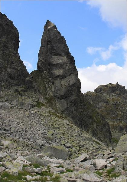 Zadni Mnich / Druhý Mních od severovýchodu. Vlevo Przełączka pod Zadnim Mnichem (Štrbina za Druhým Mníchom)
