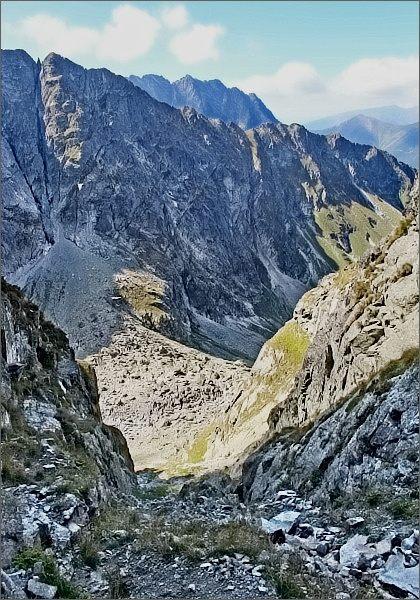 Štrbina za Druhým Mníchom. Pohled do Piargovej dolinky