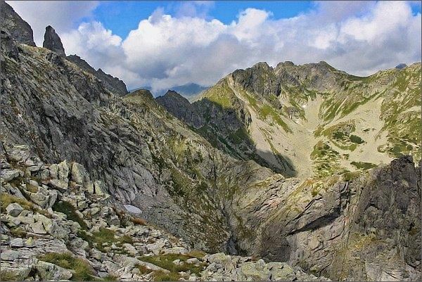Dolina za Mnichem. Zadni Mnich (vlevo) a Szpiglasowy Wierch (vpravo)