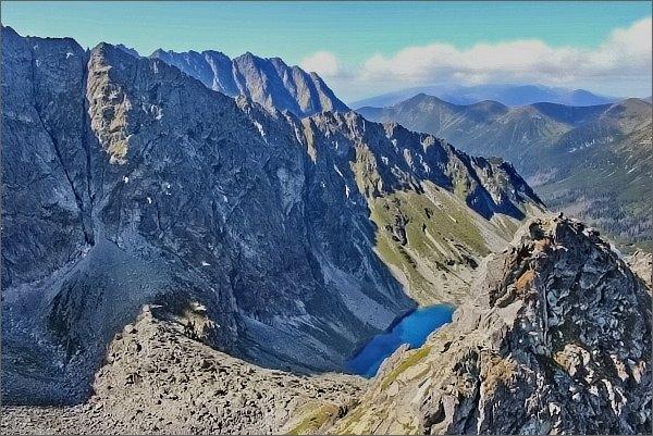 Temnosmrečinská dolina z Druhého Mnícha. Vlevo Prostredný chrbát, za ním hřeben Hrubô
