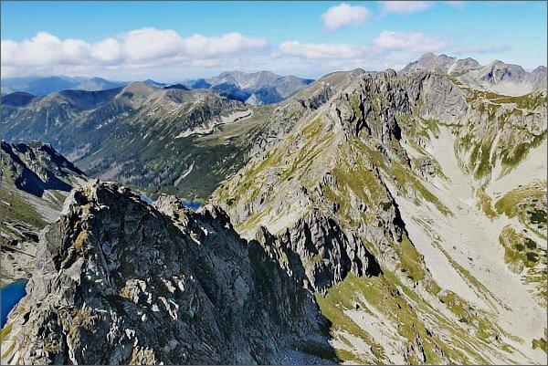 Zadni Mnich / Druhý Mních. Pohled k severu. Závěr Doliny za Mnichem, Szpiglasowy Wierch (Hrubý štít), za ním Świnica