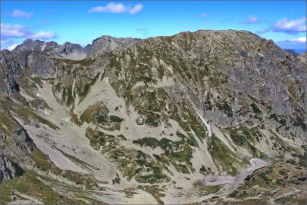 Zadni Mnich / Druhý Mních, pohled k severovýchodu. Dolina za Mnichem, sedlo Szpiglasowa Przełęcz, Miedziane