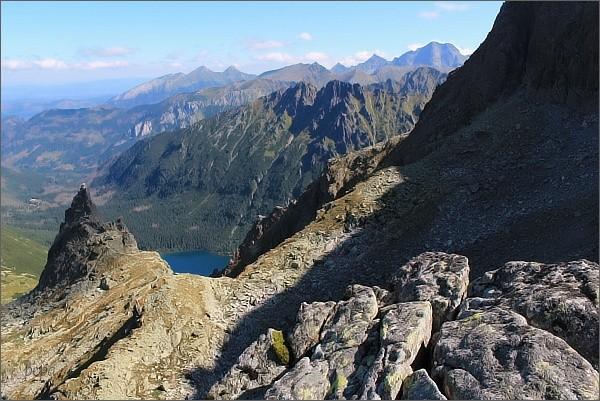 Zadni Mnich / Druhý Mních, pohled k východu. Vlevo Mnich, uprostřed Žabí hrebeň, na horizontu Belianske Tatry, vpravo Ľadové štíty