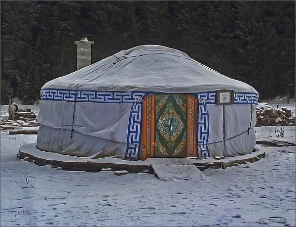 Dům Mezi Jeleny. Jurta slouží k ubytování hostů
