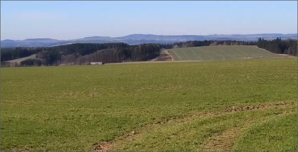 Pohled k Českomoravské vrchovině. Uprostřed na horizontu Horní les