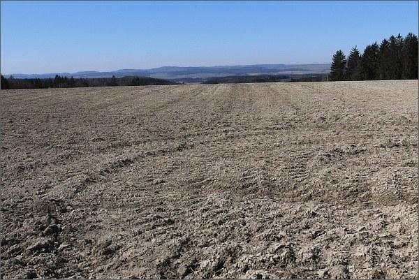 Registruji zvláštní barvu půdy na zoraných polích