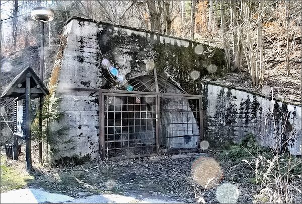 Areál bývalého Dolu Hřebeč. Portál Jihlavské štoly (už si tu sluneční clonu musím koupit...)